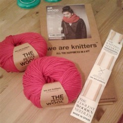 We Are Knitters KIT Air Snood - fucsia